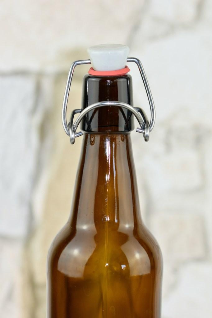 Bügelverschluss an dunkler Flasche