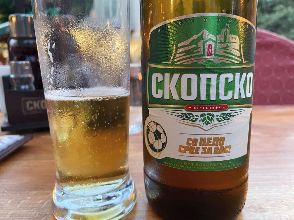 Essen und Trinken in Mazedonien - Skopsko Bier in der Flasche und halb gefülltes Glas