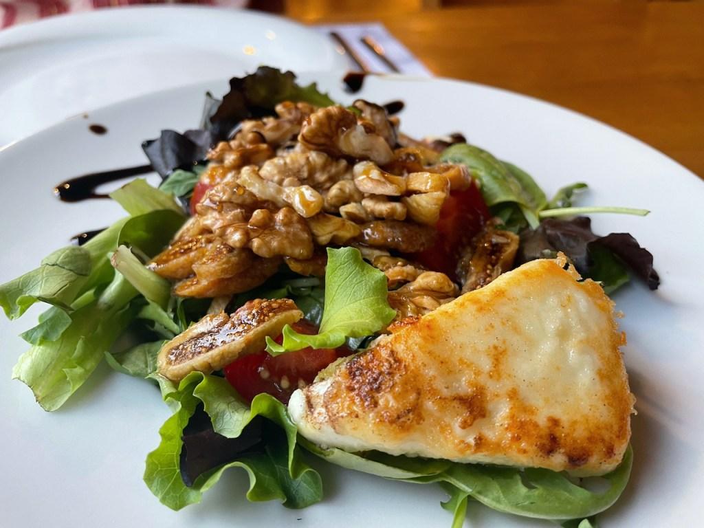 Essen und Trinken in Mazedonien - gebackener Schafskäse mit Salat und Walnüssen