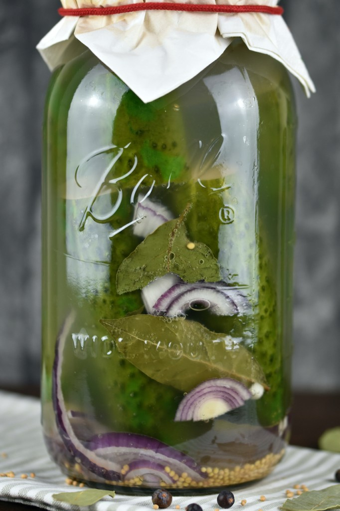 Fermentierte Gurken in einem Einmachglas.