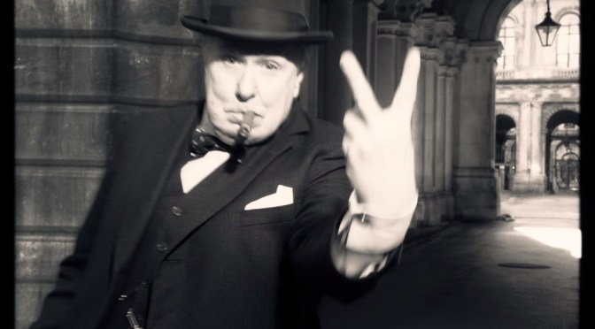 El instante más oscuro (2017) – Churchill y el petate