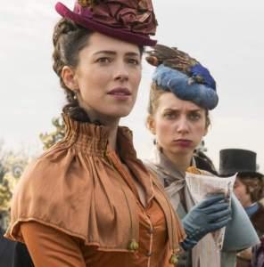 Fotograma de la película Holmes y Watson, de 2018, con Rebecca Hall y Lauren Lapkus