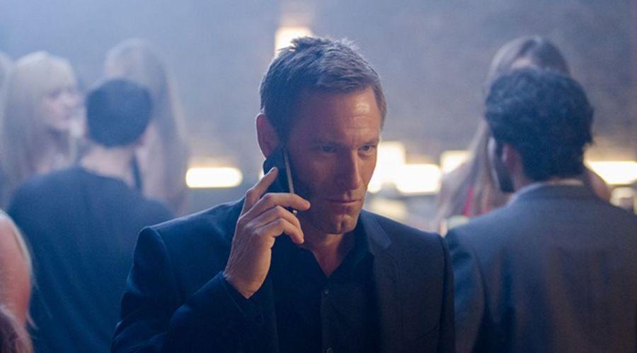 Imagen de Aaron Eckhart en la película El Exterminador, de 2016