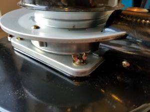 アルパカストーブの燃焼筒を固定するネジ