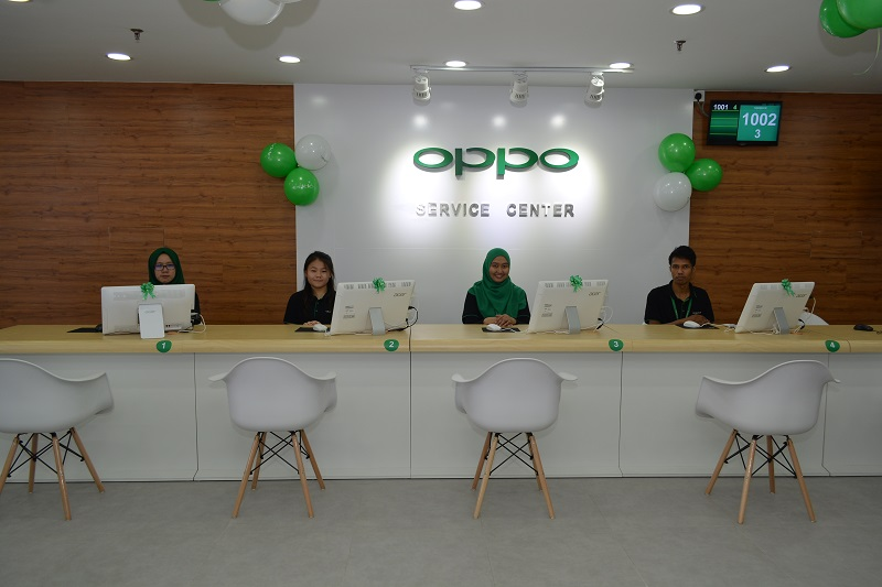 The friendly customer service officers are on duty at assist OPPO customers