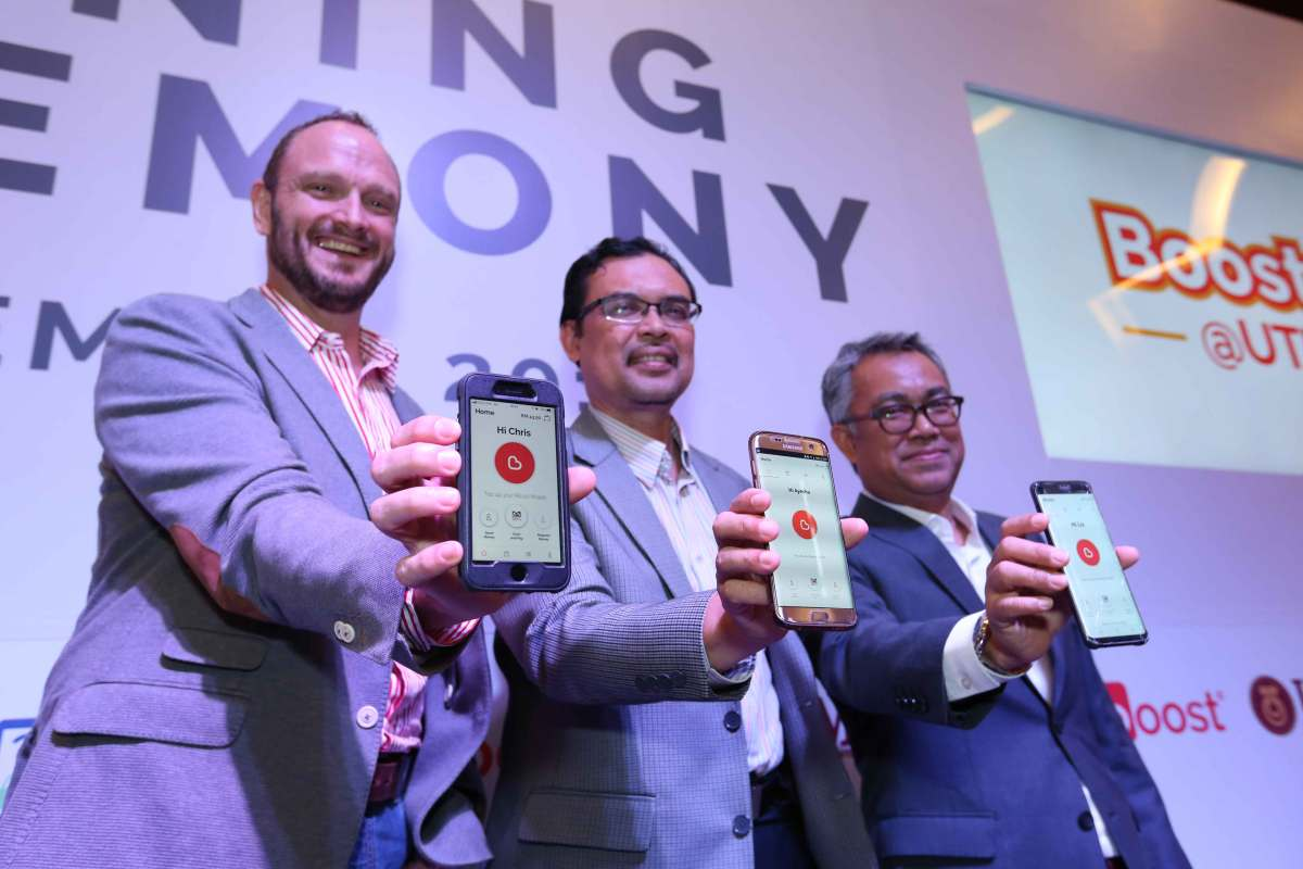 [L-R]-Christopher-Tiffin-(CEO-of-Boost),-Prof.-Dr.-Azlan-Abd-Rahman-(Deputy-Vice-Chancellor-(Development),-of-UTM)-and-Idham-Nawawi-(Axiata-Group-Chief-Corporate-Officer)-are-also-proud-users-of-Boost
