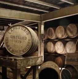 Leżakują tutaj najlepsze whisky. Pełni bardziej funkcję reprezentacyjną, bo większy magazyn Laphroaiga to hala z blachy falistej znajdująca się na drodze między destylarnią a Port Ellen