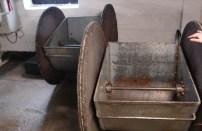 Charakteryswtyczne dwukołowe taczki do rozkładania jęczmienia na podłodze