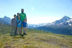 What to Pack for a Family Day Hike - FREE Printable Checklist! - ZirkusDesign.com - Hiking Family of 5