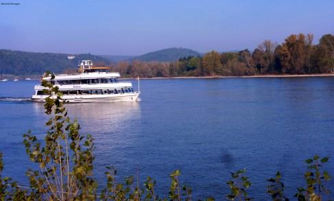 Ein Schiff auf dem Rhein Bei Remagen.