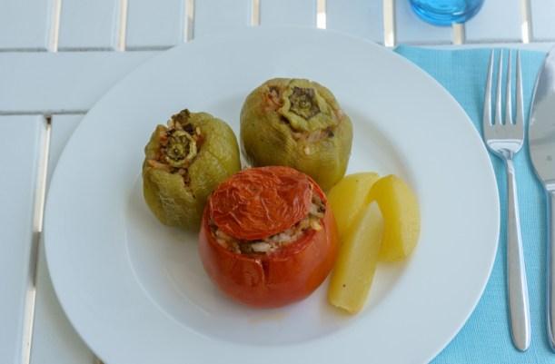 Gefüllte Paprika und Tomaten auf griechisch