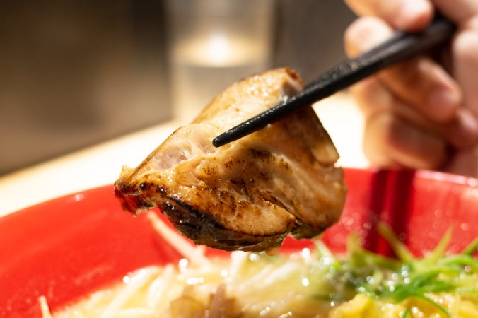 鳥人拉麵-特製-鳥人白濃拉麵 (雞/豬),雞肉叉燒是使用雞胸肉,吃起來不會柴柴的,反而很軟嫩好吃,因為點的是「特製」,還有兩顆雞肉丸子也是好食,搭配著濃郁雞白湯,整碗拉麵好「雞」喔! XD