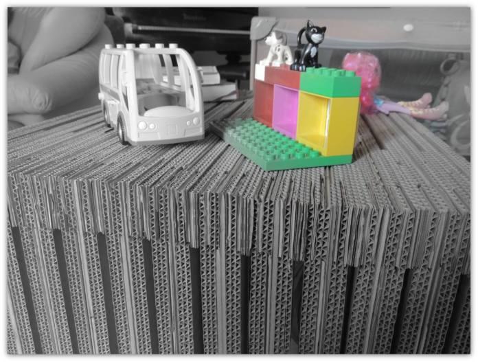 Stol na kolkach z tektury Mona - 4