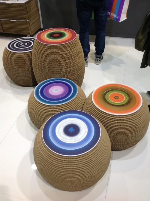 kolorowe pufy z kartonu