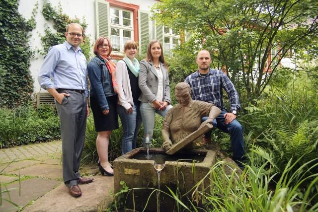 Der neugewählte Vorstand der ZKG am Wäscherinnenbrunnen. (von links: Alexander Föhr, Anne-Sophie Stadler-Heindl, Alexandra Quitt, Kathrin Ruland, Mathias Wunsch)