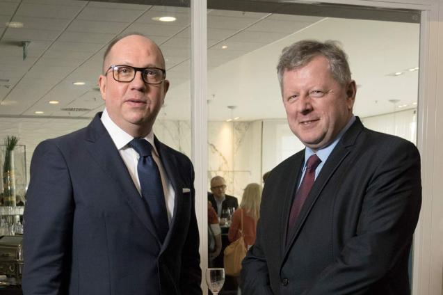 (od lewej) Edward Szybowski (dyrektor Berlin-Chemie/Menarini Polska Sp. zo.o.) iGrzegorz Kucharewicz (2016)