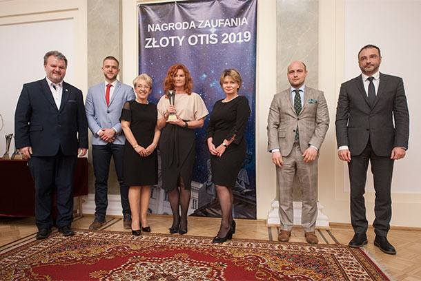 Marcin Czech i Marek Posobkiewicz wręczyli Honorową Nagrodę Zaufania Złoty Otis 2019 prof. Iwonie Niedzielskiej i jej zespołowi