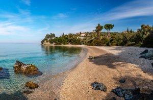 חוף לגודי באפיסוס, כפר מסורתי במורדות הר פליון, תסליה, יוון.