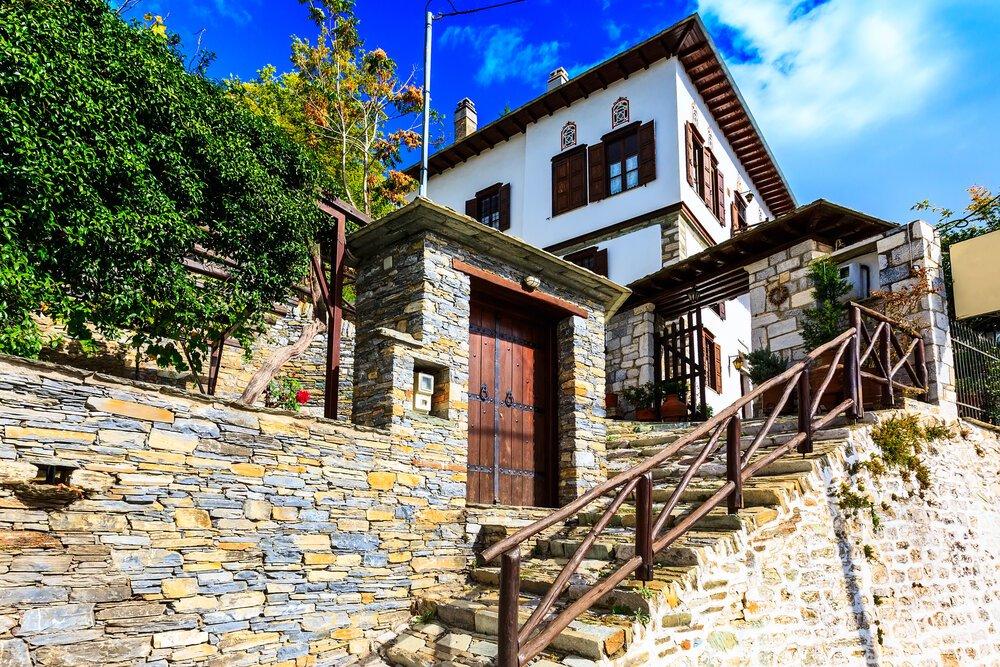רחוב ותצפית על קיר בית כפרי יווני טיפוסי בכפר מקריניצה, פיליון, יוון