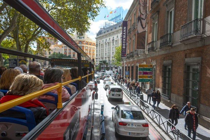 אוטובוס תיירים בצדריד