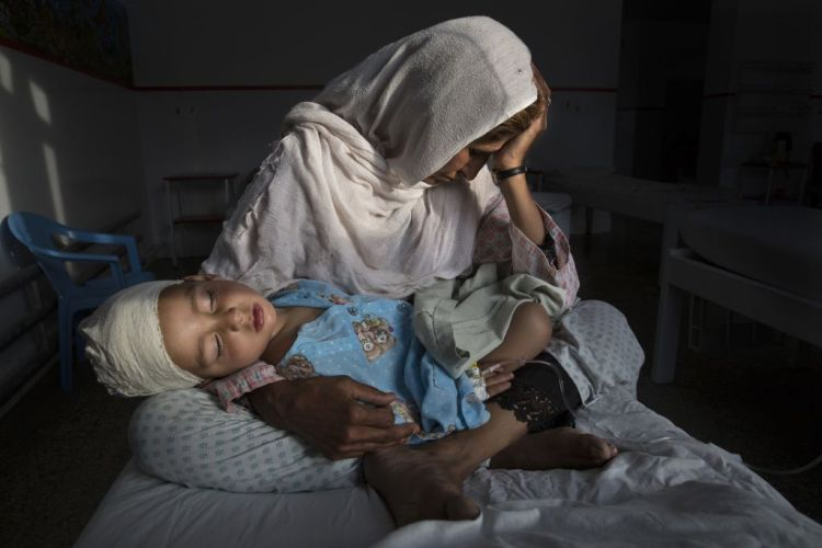 Premiul I categoria Daily Life Single © Paula Bronstein, for Time Lightbox / Pulitzer Center For Crisis Reporting Title: The Silent Victims Of A Forgotten War: KABUL, AFGHANISTAN -MARCH 29, 2016:  A the Emergency hospital Najiba holds her nephew Shabir, age 2,  who was injured from a bomb blast which killed his sister in Kabul on March 29, 2016. Najiba had to stay with the children as their mother buried her daughter. In 2016 marked another milestone in its 15-year engagement in Afghanistan. Despite billions of dollars spent by the international community to stabilize the country, Afghanistan has seen little improvement in terms of overall stability and human security. The situation on the ground for Afghans continues to be grave. Security for the Afghan people has also deteriorated in large swaths of the country, further complicating humanitarian response. Afghan civilians are at greater risk today than at any time since Taliban rule. According to UN statistics, in the first half of 2016 at least 1,600 people had died, and more than 3,500 people were injured, a 4 per cent increase in overall civilian causalities compared to the same period last year. The upsurge in violence has had devastating consequences for civilians, with suicide bombings and targeted attacks by the Taliban and other insurgents causing 70 percent of all civilian casualties.