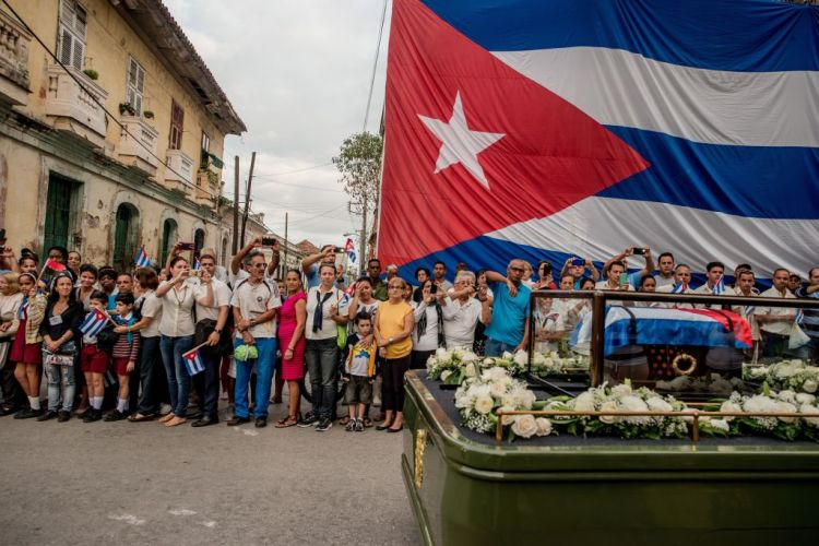 Premiul I categoria Daily Life Story  © Tomas Munita, for The New York Times Title: Cuba On The Edge Of Change: Fidel Castro's funeral procession in Santa Clara, Cuba on  December 1, 2016. Cuba declared nine days of mourning after Fidel CastroÕs death, a period that culminated with his funeral.