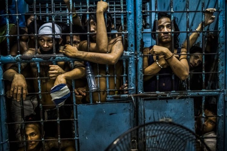 Premiul I Categoria General News Story © Daniel Berehulak, for The New York Times Title: They Are Slaughtering Us Like Animals: Inmates watch as drug suspects are processed inside a police station on October 12, 2016 in Manila, Philippines. President Rodrigo Duterte of the Philippines began his anti-drug campaign when he took office on June 30. Since then, over 2,000 people had been slain at the hands of the police alone. Beyond those killed in official drug operations, the Philippine National Police have counted more than 3,500 unsolved homicides since July 1. The victims, suspected users and pushers, are not afforded any semblance of due process, and are killed just about everywhere imaginable.