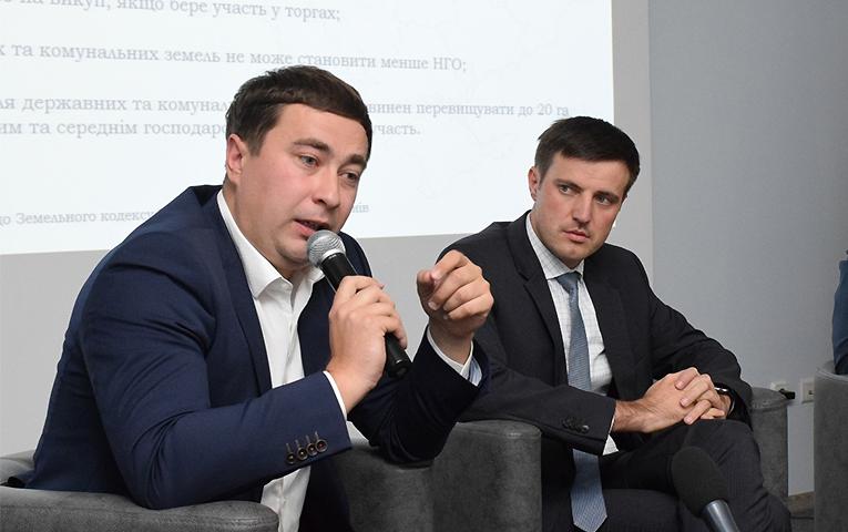 Міністр аграрної політики України Роман Лещенко (ліворуч), заступник міністра розвитку економіки, торгівлі і сільського господарства України Тарас Висоцький (праворуч)