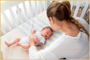 Мама поглаживает малыша