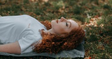 寝ながらでも、日常のあらゆる場面でも瞑想はできる!そのやり方とは?