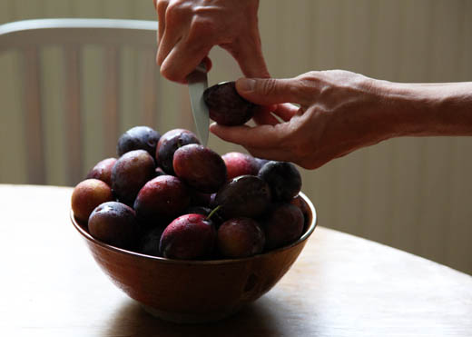 Cutting a plum | ZoëBakes | Photo by Zoë François