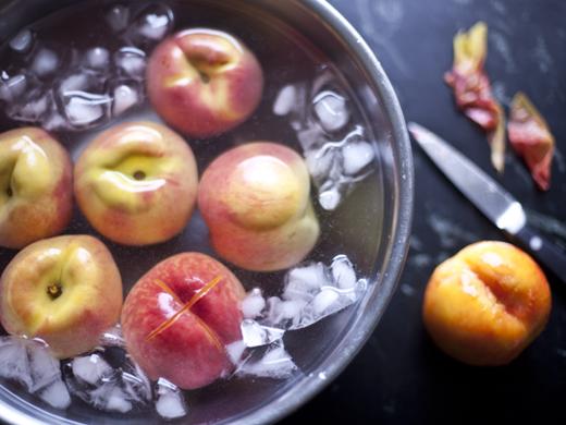 Blanching peaches   ZoëBakes   Photo by Zoë François
