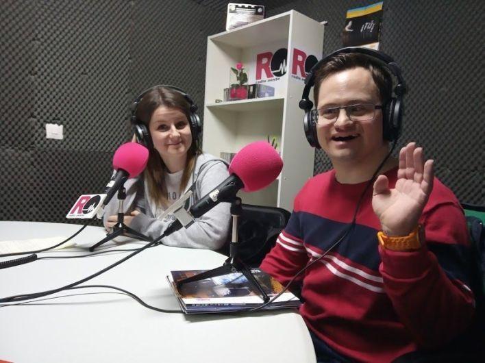 Susana Hernández y Pablete, en los estudios de Radio Oeste, nos hablan de los preparativos y de la fiesta de Carnaval de Fundación AVIVA.