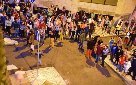 El público bajo el balcón del Hostal Granada disfrutando de la actuación en la September Fest.