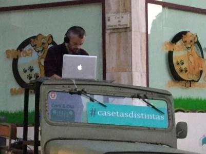 El DJ en plena sesión, ambientando la plaza.