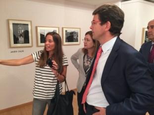Solete Casado explica al alcalde de Salamanca, Alfonso Fernández Mañueco las fotos que realizó en Ciudad Jardín.