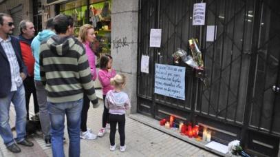 Vecinos que se acercan a rendir homenaje a Enrique