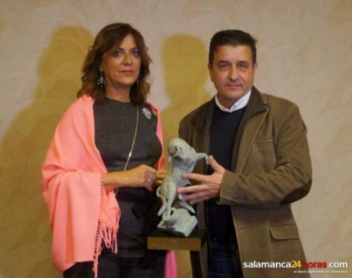 Jota recibe el galardón de la mano de Isabel Bernardo