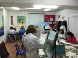 Unos pintan mientras otros aprenden inglés