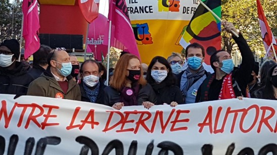 500 אלף הפגינו בצרפת נגד הפגיעה של ממשלת הימין בחירויות הדמוקרטיות