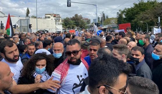 אלפים הפגינו נגד האלימות בג'לג'וליה ובאום אל-פחם; בערערה ירו לעבר רכבו של פעיל חברתי