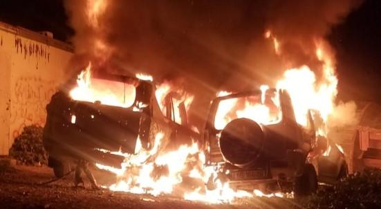שתי מכוניות הוצתו הלילה בידי מתנחלים וכתובות גזעניות רוססו בכפר בית איכסא