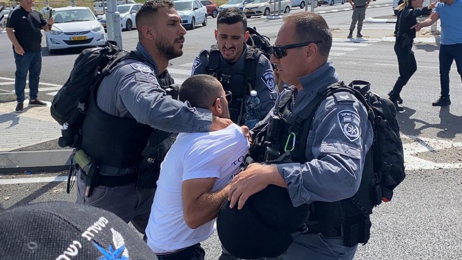 המשטרה פתחה במבצע רחב היקף למעצר מפגינים ופעילים פוליטיים ערבים