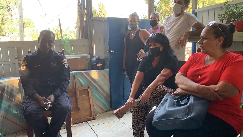 """תושבים ופעילים בת""""א התגייסו כדי למנוע בגופם את פינוי גבעת עמל – שנדחה למועד לא ידוע"""