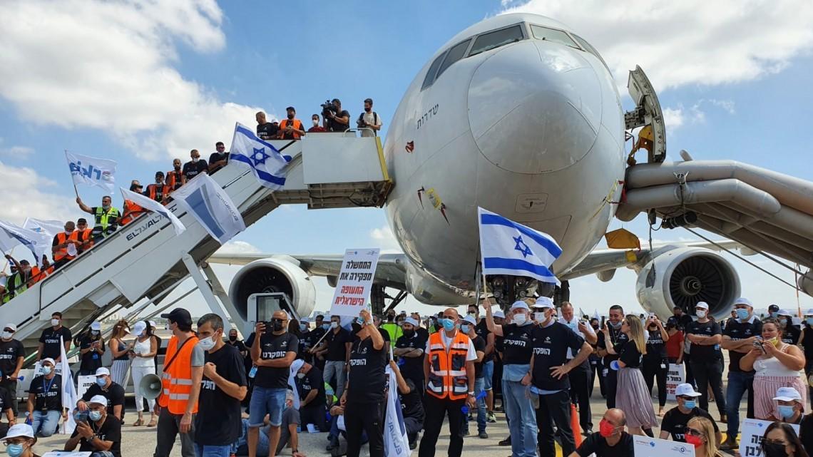 """עובדי ענף התעופה מחו ופלשו אל מסלולי ההמראה בנבת""""ג: הממשלה מפקירה אותנו"""