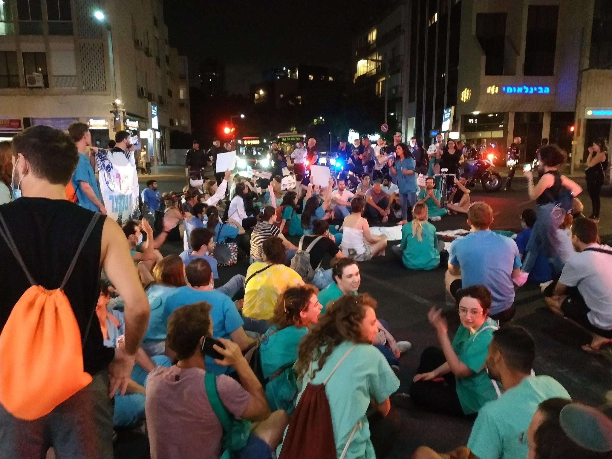 מתמחים נעצרו במהלך הפגנה מול ביתו של מנהיג מרצ ושר הבריאות הורוביץ