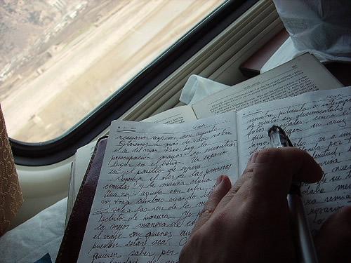 Resultado de imagen de escribiendo dentro de un tren