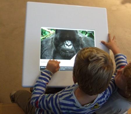 Niños pequeños frente a una pantalla