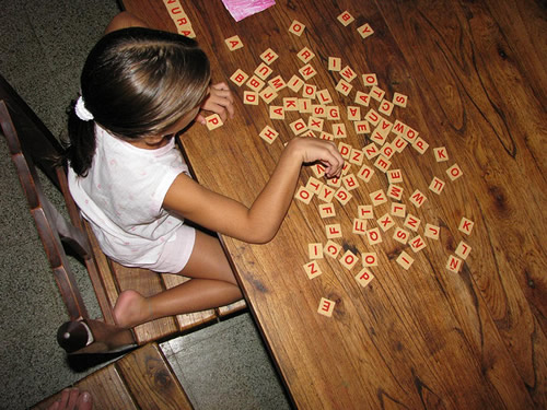 Niña jugando con letras
