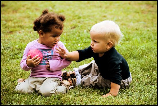 Niños pequeños quitándose pelota
